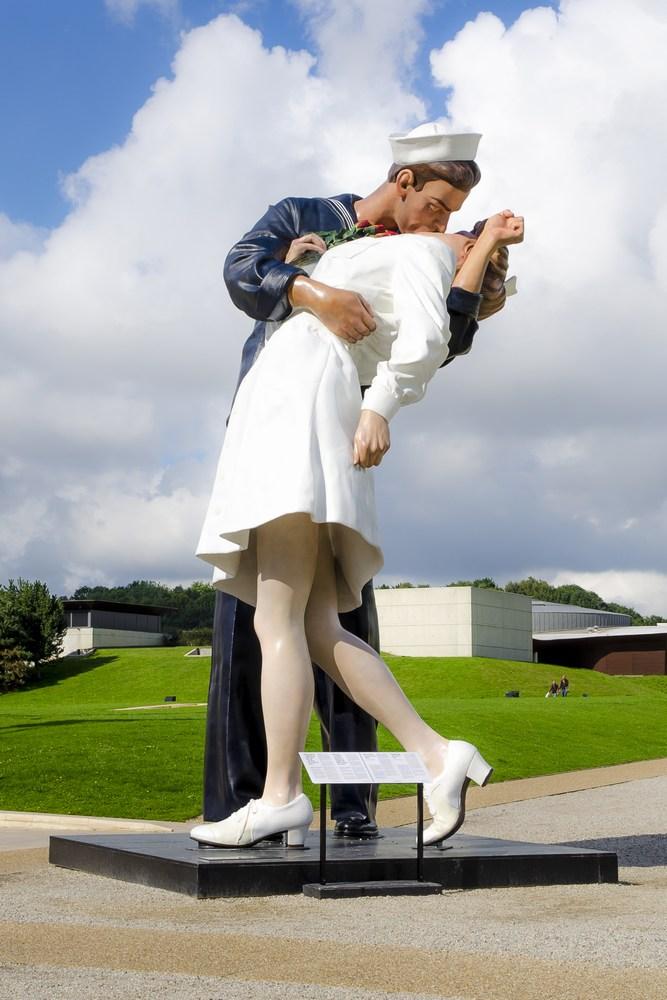 Statua di 8 metri a Caen raffigurante un marinaio che bacia una infermiera, simbolo della fine della Seconda Guerra Mondiale