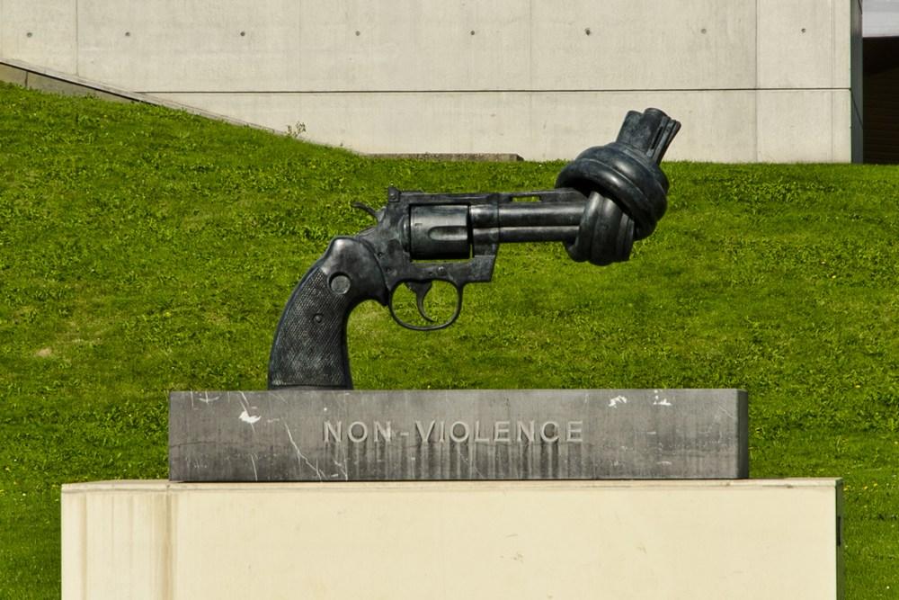 Pistola annodata nel giardino fuori dal Memoriale di Caen
